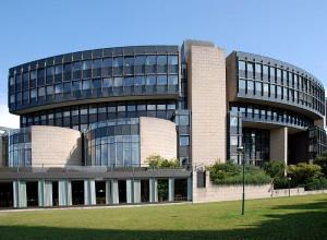 Gebäude mit Glasfassade und grüner Wiese